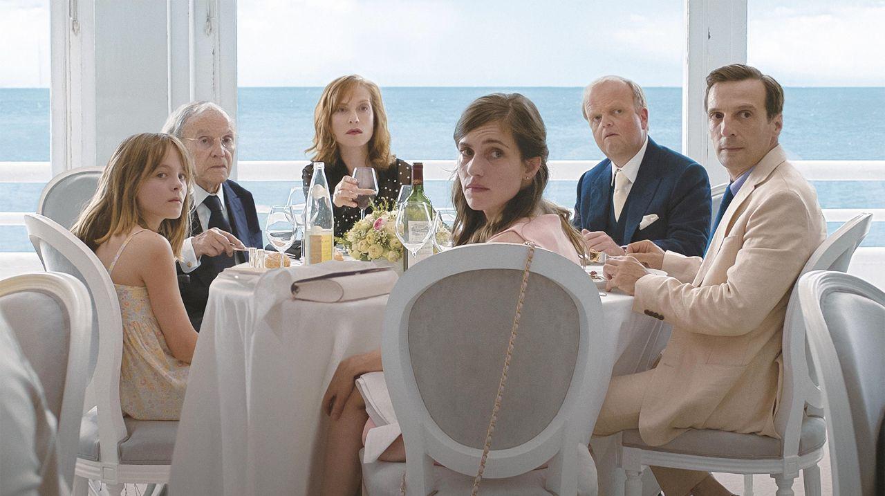 """Familie sitzt um einen Tisch, Szenenbild aus """"Happy End"""""""