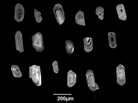 Zirkonkristalle unter dem Mikroskop: Diese Mineralien speichern die Temperatur in einer Magmakammer über sehr lange Zeit.