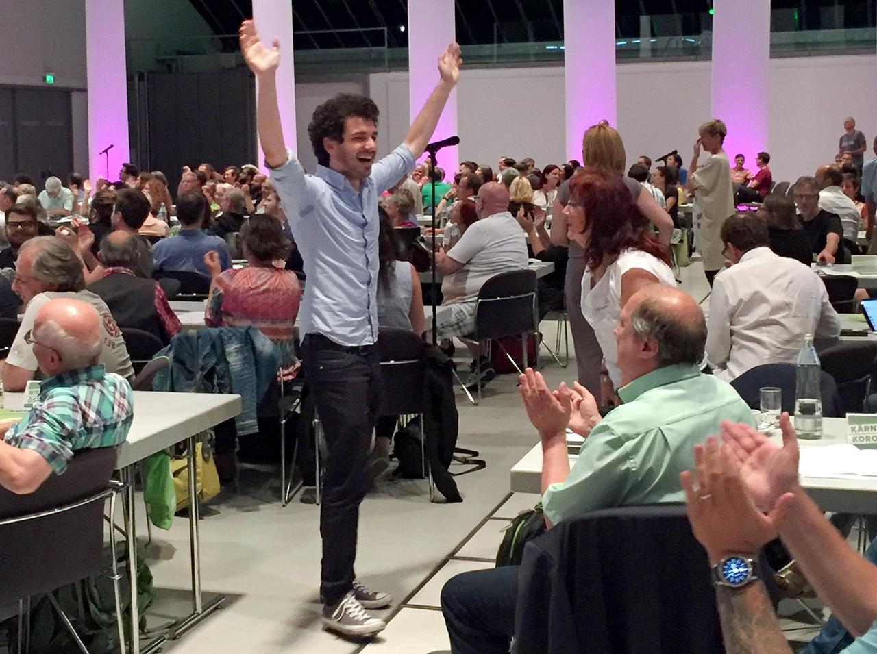 Julian Schmid jubelt beim Grünen Bundeskongress