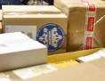 Mitarbeierin in einem Paketzentrum scannt Pakete