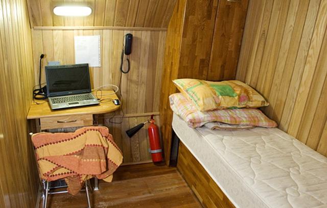 Holzvertäfelter Raum mit Bett und Tisch