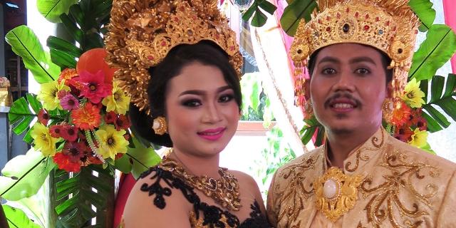 Balinesisches Brautpaar, ganz in Gold und Seide