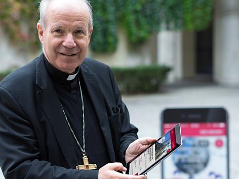 """Kardinal Christoph Schönborn mit Tablet bei der Präsentation der """"1000Kirchen""""-App"""