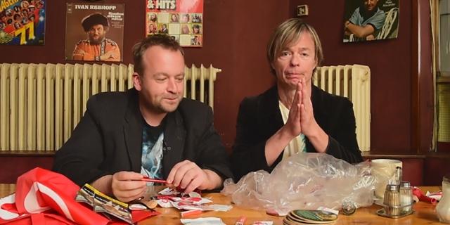 Roland Gratzer und Hannes Duscher mit Wahlgeschenken am Tisch