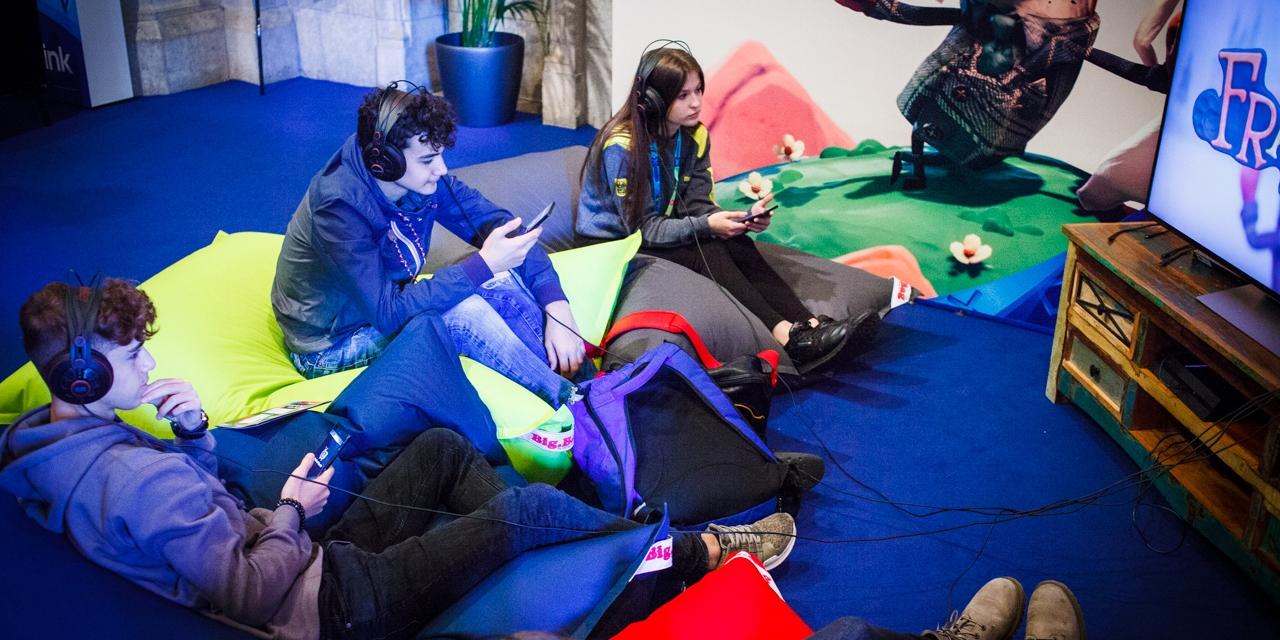 Dre Jugendliche beim Computerspielen