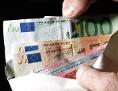 Hand hält Kuvert mit Geldscheinen
