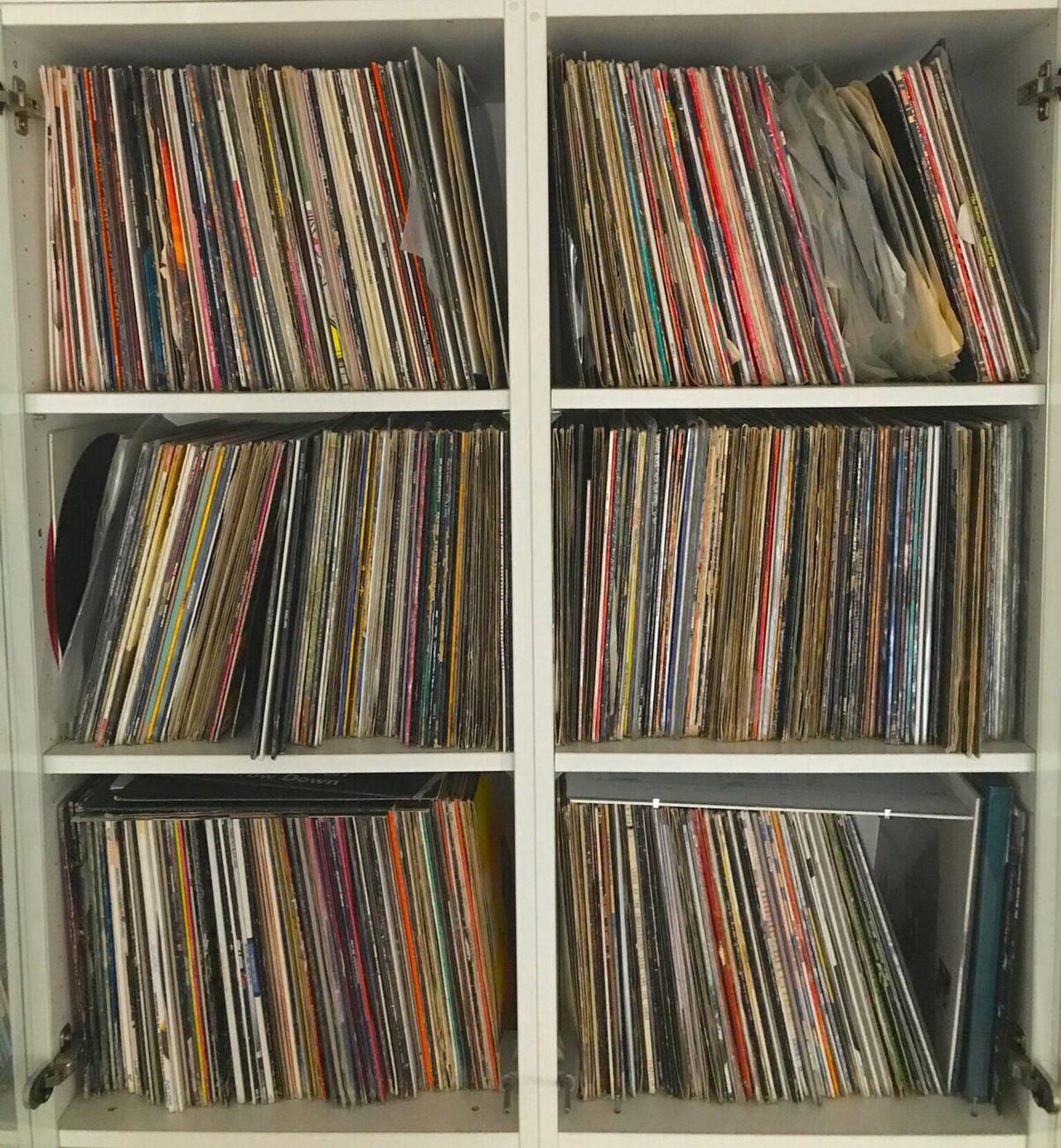 Ein Plattenregal voller Vinylplatten