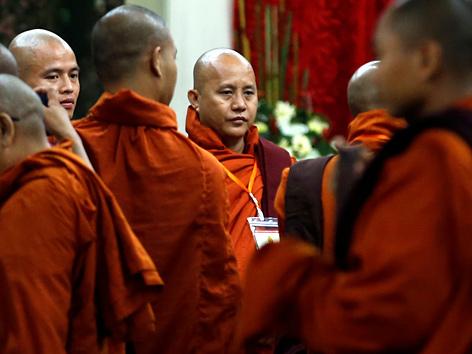 Der buddhistische Mönch Ashin Wirathu mit Anhängern in Yangon, Myanmar