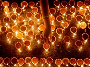 Öllampen werden zu Diwali entzündet