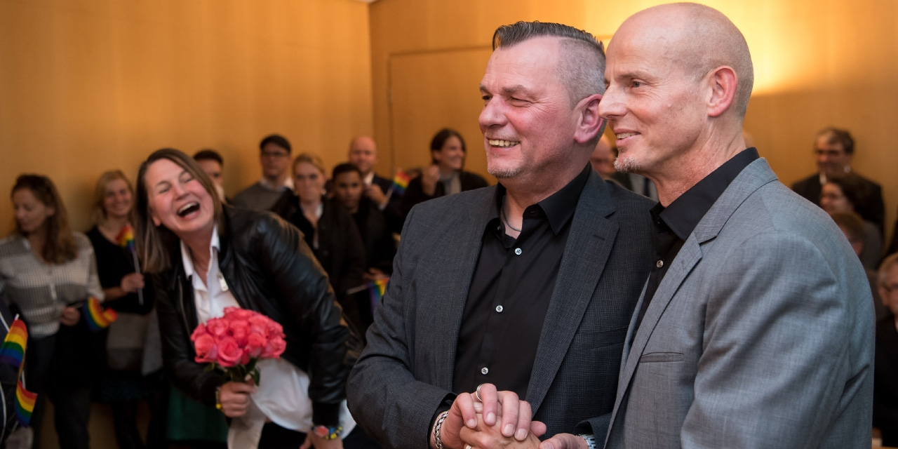 Eines der ersten homosexuellen Paare die in Deutschland geheiratet haben