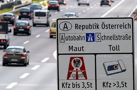Ein Verkehrsschild weist auf der Autobahn auf die in Österreich geltende Maut auf Schnellstraßen und Autobahnen hin