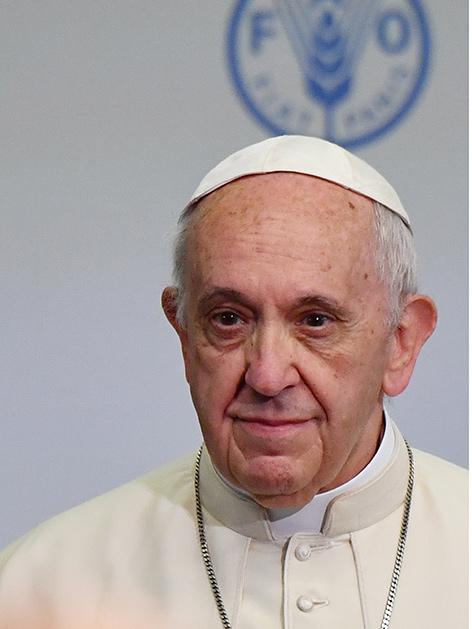 Papst Franziskus vor dem Logo der Weltgesundheitsorganisation FAO