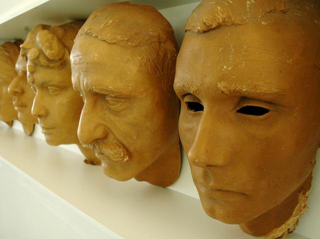 Gesichtsmasken von nicht identifizierten Roma und Sinti, die in der NS-Zeit ermordet wurden, Ausstellung Sachsenhausen