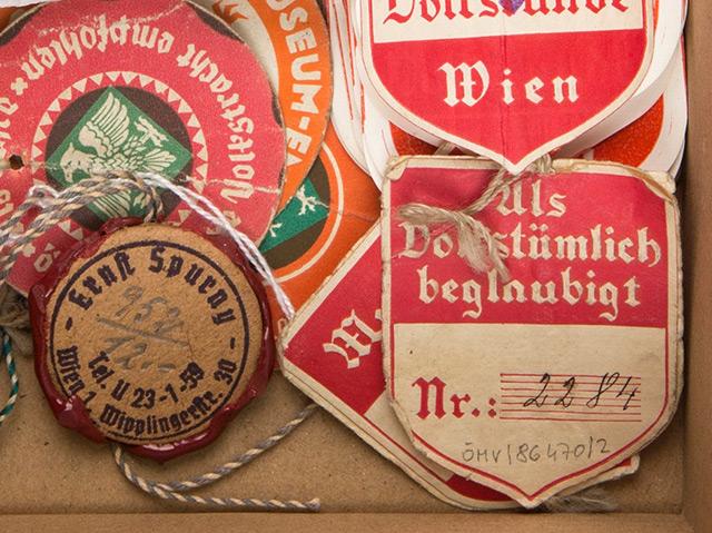 Zertifizierungsmarken der Trachtenberatungsstelle im Volkskundemuseum