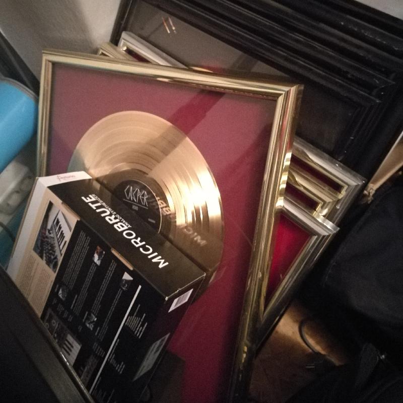 Eine Gold-Schallplatte, die DJ Stickle für seine Arbeit am Album von Casper bekommen hat.