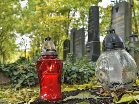 Gräber und Laternen auf einem Friedhof