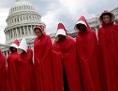 """Im """"Handmaids Tale""""-Stil verkleidete Frauen, die im Juli 2017 vor dem US-Kapitol in Washington demonstrieren"""
