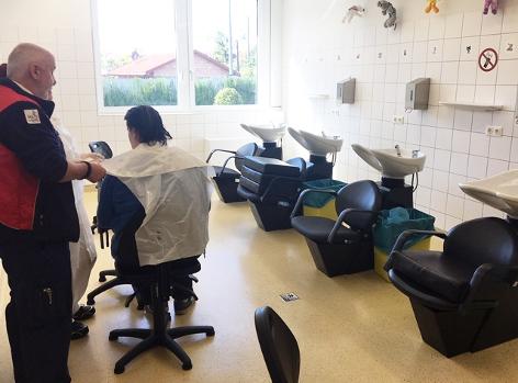 Raum im Hygienezentrum der Stadt Wien, in dem die Haare mit dem Nissenkamm gekämmt und anschließend gewaschen werden