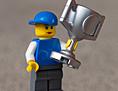 Lego-Figur mit Pokal