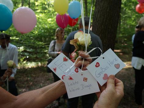 Luftballons bei einer Naturbestattung