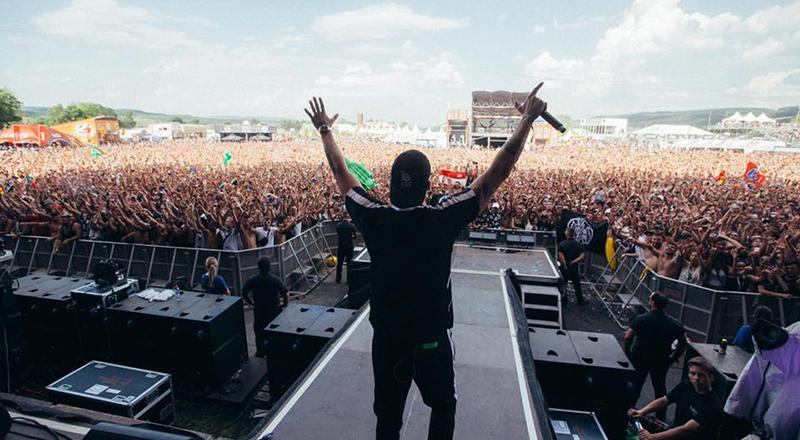 Raf Camora vor zig-tausenden Fans beim Frauenfeld Open Air in der Schweiz.