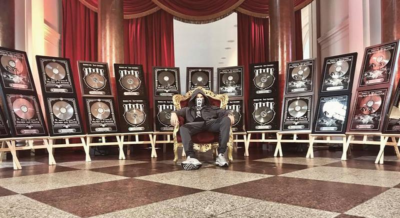 Raf Camora vor seinen zahlreichen Platin und Gold-Auszeichnungen.