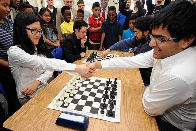 Die Chinesin Hou Yifan, die aktuell beste Schachspielerin der Welt, bei einem Duell mit dem indischen Großmeister Parimarjan Negi