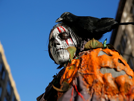 Verkleideter Mann zu Samhain