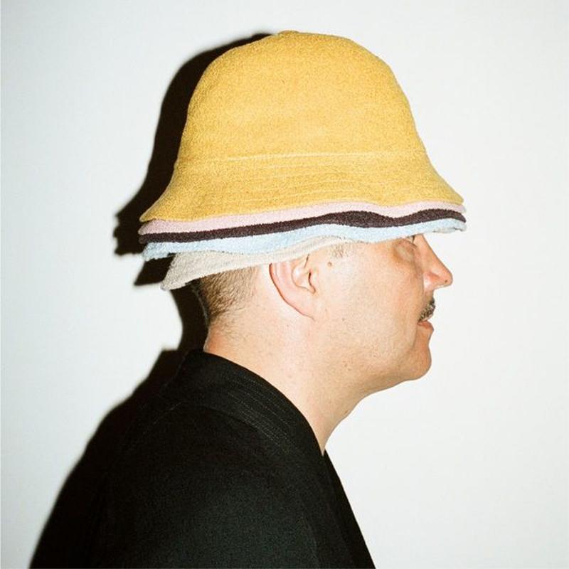 Mann mit mehreren Frottee-Hüten