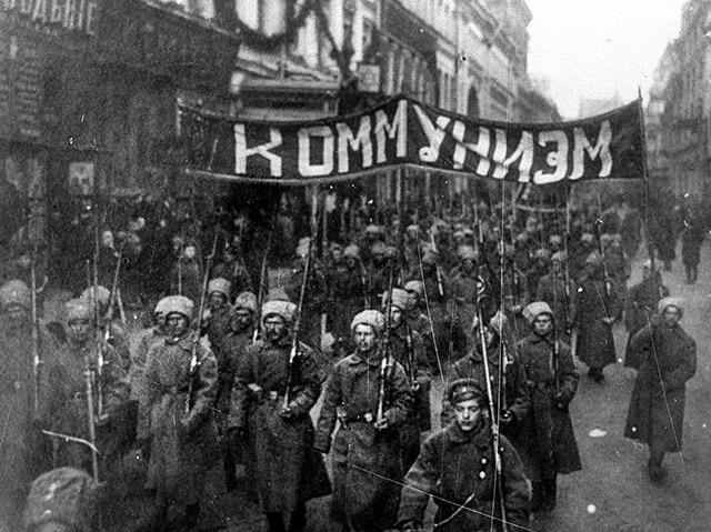 Bewaffnete Soldaten in Moskau im Oktober 1917