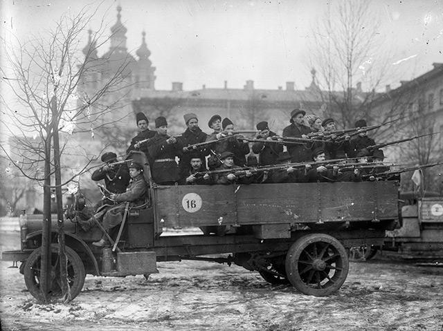 Bewaffnete Rotgardisten vor dem Smolny-Institut in Petrograd, das als Hauptquartier für Lenin während der Oktoberrevolution diente
