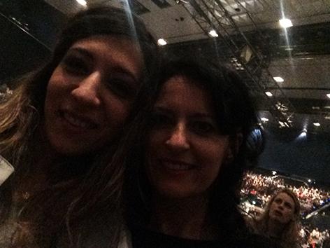 Sheyda und ihre Schwester während eines Konzerts