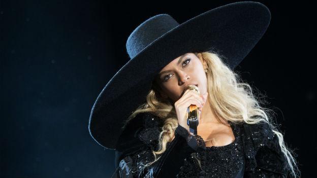 Beyonce versteigert Hut