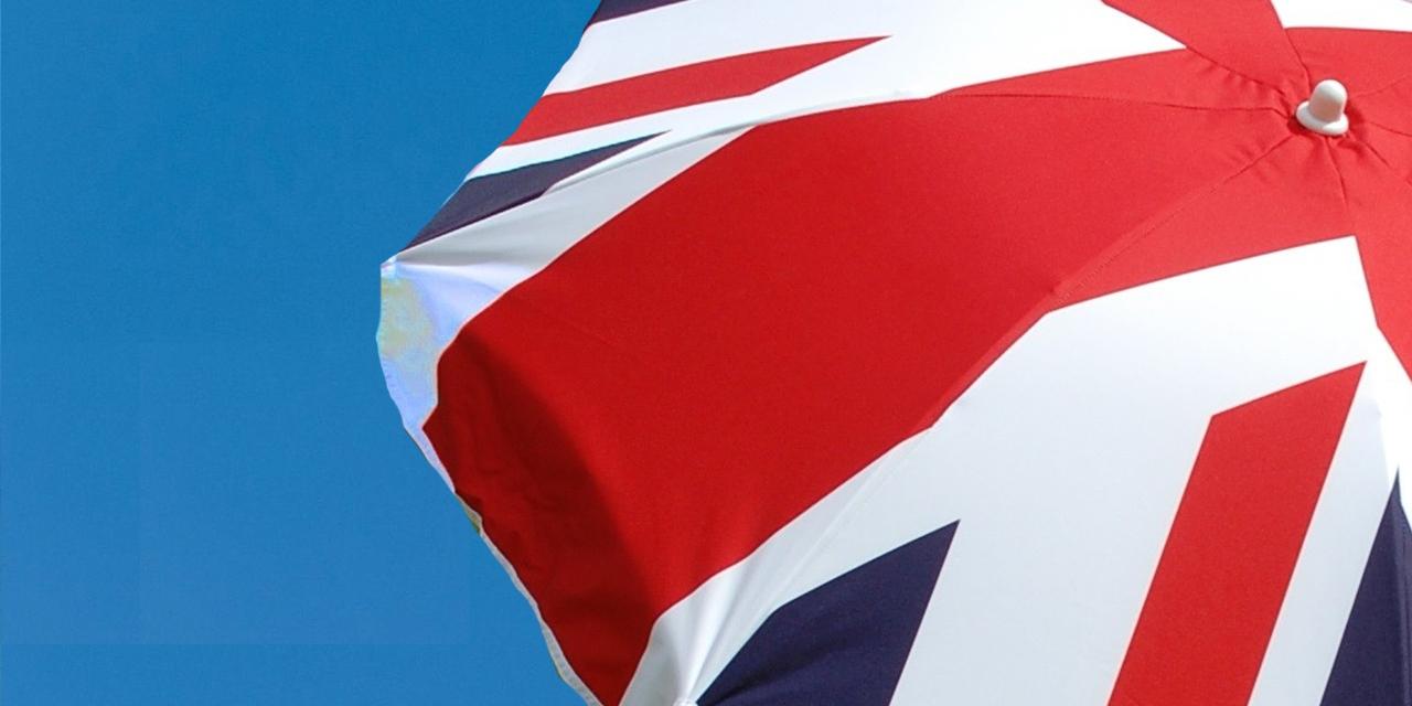 Blauer Himmel, Sonnenschirm mit Muster der UK Flagge