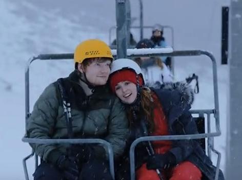 "Videoausschnitt aus Musikvideo zu ""Perfect"": Im Skilift"