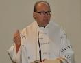 Bischofsvikar Hermann Glettler am Ambo in starker Gestik, während er spricht