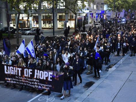 """Teilnehmer beim """"Light of Hope""""-Gedenkmarsch an die Opfer der Pogromnacht vom 9.11.1938"""