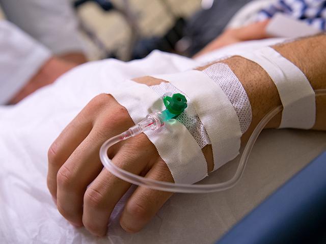 Eine Hand eines Patienten mit einer Infusion