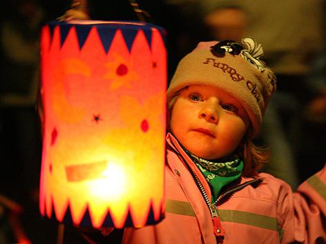 Ein Kind mit leuchtender Laterne