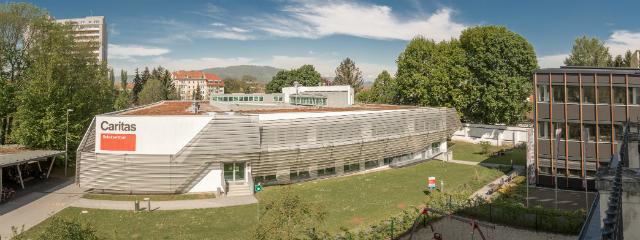 modernes spaceshuttle-ähnliches Gebäude mit Glasdach in Vogelperspektive