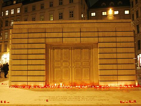 Kerzen vor dem Shoa-Mahnmal (Holocaust-Mahnmal) am Judenplatz in Wien anlässlich des 70. Jahrestages der Novemberpogrome (2008)