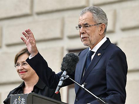 Bundespräsident Alexander Van der Bellen (r.) mit Gattin Doris Schmidauer am 26. Oktober 2017, im Rahmen der Feierlichkeiten zum Nationalfeiertag am Heldenplatz in Wien
