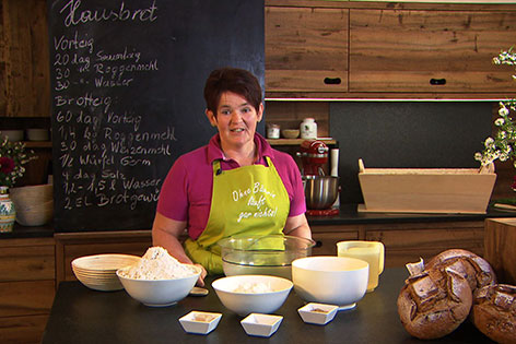 Katharina Seywald in ihrer Küche mit Brotlaiben