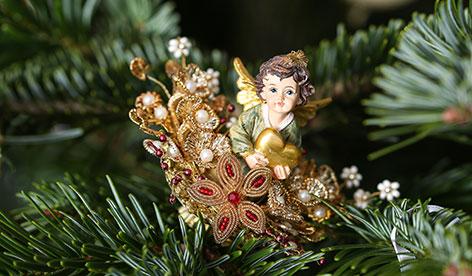 Weihnachtliche Deko auf Baum