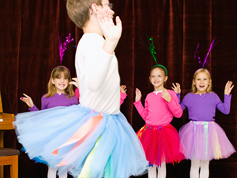 Kinder in Tutus spielen