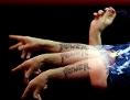 Der britische Dartspieler Phil Taylor wirft einen Pfeil