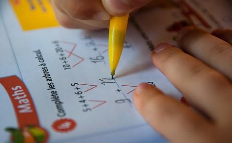 Kinder in der Schule, die Mathematik lernen.