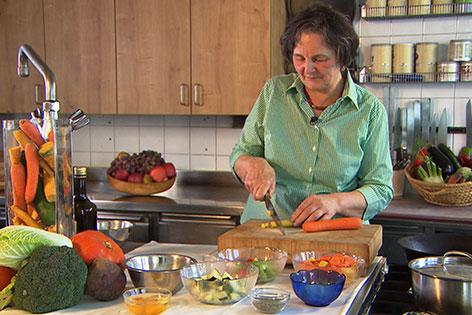Annemarie Neureiter in der Küche