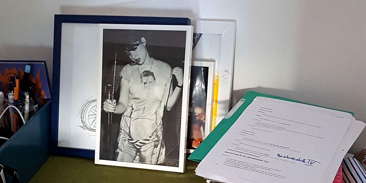 Susis Schreibtisch: Notizblöcke und ein Kathleen-Hannah-Bild
