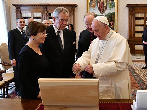 Bundespräsident Alexander Van der Bellen mit Doris Schmidauer bei Papst Franziskus im Vatikan